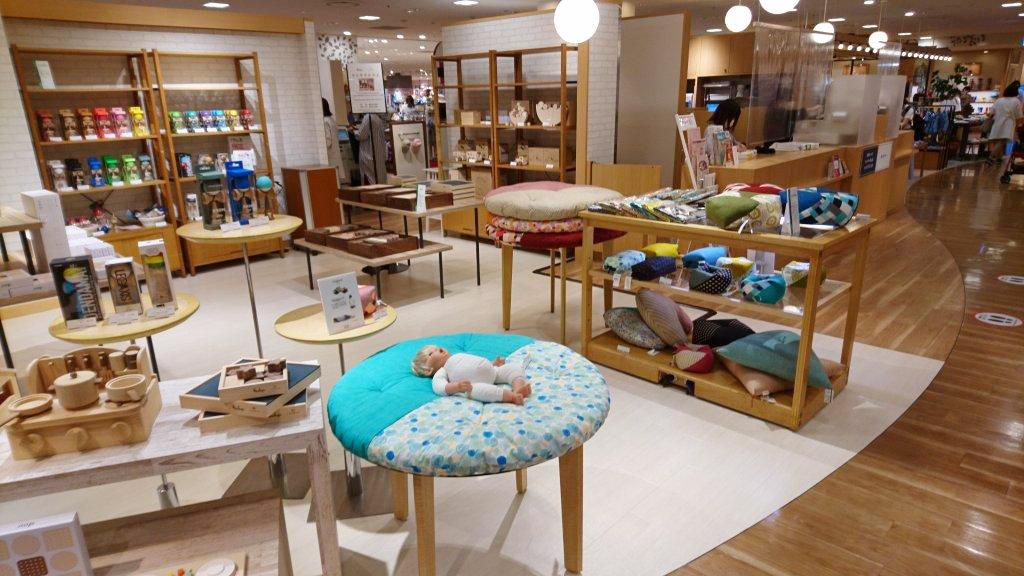博多阪急 7 階 マム&ベビーセレクト 期間限定「せんべい座ぶとん」フェア